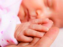 Remettez le bébé de sommeil dans la paume de la mère Photos stock
