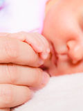 Remettez le bébé de sommeil dans la paume de la mère Images libres de droits