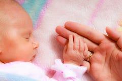Remettez le bébé de sommeil dans la paume de la mère Image stock
