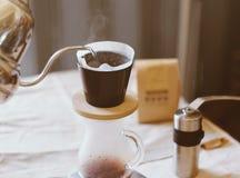 Remettez le café d'égouttement, se renversant l'eau sur le marc de café Image libre de droits