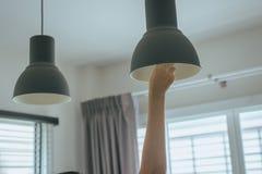 Remettez le changement avec l'ampoule de nouvelle lampe de LED, concept d'économie de puissance photographie stock libre de droits