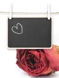 Remettez le coeur de dessin sur le tableau noir avec le fond sec de rose de rouge, I Photographie stock libre de droits