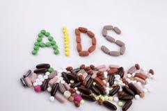 Remettez le concept de soins médicaux d'inspiration de légende des textes d'écriture écrit avec le SIDA de mot de capsule de drog photographie stock