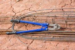 Remettez le coupeur manuel de corde de fil d'acier, coupeur de cisaillement, coupeur de boulon photos stock