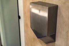 Remettez le dessiccateur sur le mur dans la toilette publique, plan rapproché image stock
