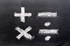 Remettez le dessin de la craie blanche dans la forme de symbole de mathématiques images libres de droits