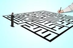 Remettez le labyrinthe de dessin avec l'homme d'affaires réfléchi se tenant dedans de Images stock