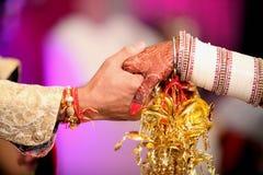 Remettez le lier nouvellement marié images stock