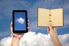 Remettez le livre de fixation et le PC de tablette photo stock