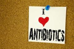 Remettez le médicament de médicament délivré sur ordonnance de soins de santé de signification de concept d'antibiotiques d'amour Image stock