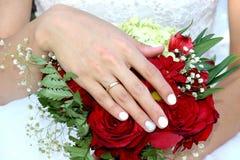 Remettez le mariage de bouquet d'anneau du ` s de jeune mariée Images stock