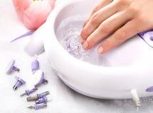 Remettez le massage, une femme dans le salon de beauté Image libre de droits