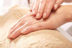 Remettez le massage, une femme dans le salon de beauté Photo libre de droits