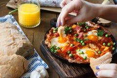 Remettez le pain d'immersion dans des oeufs ou des huevos de flamenco un flamenca de La, cuisine andalouse Images libres de droits