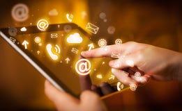 Remettez le PC de tablette tactile, concept social de media images stock