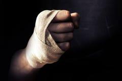 Remettez le poing enveloppé dans le bandage, combattant dans la pose de combattant Photographie stock libre de droits