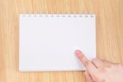 Remettez le point au carnet blanc vide sur le dessus de table en bois, moquerie vers le haut des FO Photo stock