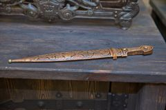 Remettez le sabre d'abordage forgé de pirate, une arme élégante d'un âge plus brutal Épée de cuivre sur un fond en bois photographie stock libre de droits