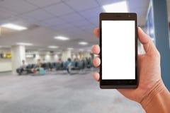 Remettez le smartphone de prise avec les personnes troubles attendant le vol dans l'aéroport local Photos libres de droits