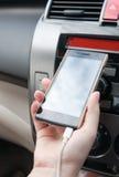 Remettez le smartphone de prise dans la voiture, téléphone de prise de chargeur sur la voiture Image stock