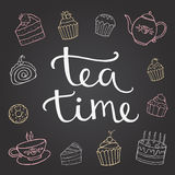 Remettez le temps de thé de lettrage avec le dessert, et une tasse de Photographie stock libre de droits