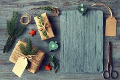 Remettez les cadeaux ouvrés sur la table en bois rustique avec le decorat de Noël Photos libres de droits