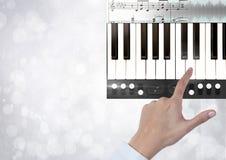 Remettez les clés émouvantes de piano avec des notes et effectuez l'interface d'APP Photographie stock libre de droits