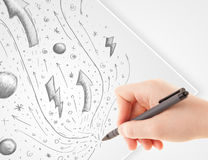 Remettez les croquis et les griffonnages abstraits de dessin sur le papier Photos stock