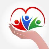 Remettez les personnes de soin avec un vecteur d'icône de logo de forme de coeur Photos stock