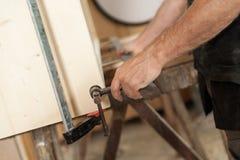 Remettez maintenir un panneau en bois ou un meuble photo stock