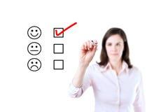 Remettez mettre le coche avec le marqueur rouge sur le formulaire d'évaluation de service client D'isolement sur le blanc photographie stock
