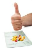 Remettez montrer des pouces au-dessus d'une prescription médicale Photographie stock libre de droits