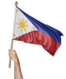 Remettez onduler fièrement le drapeau national de Philippines Photos libres de droits