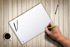 Remettez prêt à dessiner quelque chose sur le papier vide photos stock