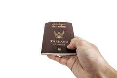 Remettez recevoir ou donner le passeport thaïlandais, foyer sélectif, d'isolement sur le fond blanc Photographie stock