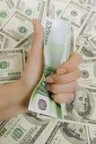 Remettez tenir cent euros, beaucoup d'argent Image libre de droits
