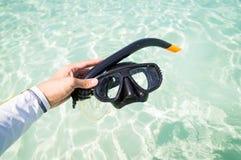 Remettez tenir des lunettes de prise d'air contre la plage et la surface de mer Photo libre de droits