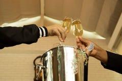 Remettez tenir des verres de champagne faisant un pain grillé Photos stock