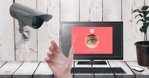 Remettez tenir l'écran en verre avec l'interface de observation de l'identité APP d'ordinateur portable de caméra de sécurité Photos stock
