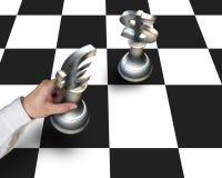 Remettez tenir l'euro morceau de symbole jouant des échecs avec USD Photos stock