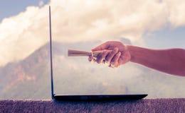Remettez tenir la lettre et envoyez-le à l'ordinateur portable Les aides d'Internet font le Li image libre de droits