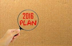 Remettez tenir la loupe avec année de plan des mots 2016 la nouvelle Images stock
