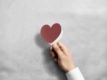 Remettez tenir la maquette rouge vide de carte du ` s de valentine Photographie stock libre de droits
