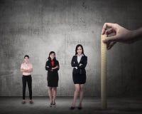 Remettez tenir la règle en bois, mesuring la représentation des employés image stock