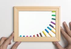 Remettez tenir le cadre avec le stylo de couleur pour le concept d'art image stock