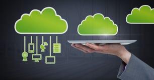 Remettez tenir le comprimé avec des icônes de nuage et accrocher des dispositifs de connexion photos stock