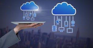 Remettez tenir le comprimé avec des icônes de nuage et accrocher des dispositifs de connexion photo libre de droits