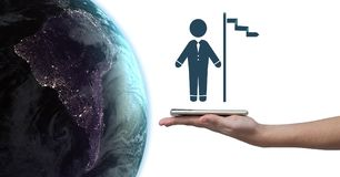 Remettez tenir le comprimé avec l'icône d'homme d'affaires et de drapeau à côté de la planète de la terre du monde images stock