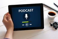 Remettez tenir le comprimé avec le concept de podcast sur l'écran Photographie stock