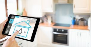 Remettez tenir le comprimé numérique avec des icônes de sécurité à la maison sur l'écran Images libres de droits